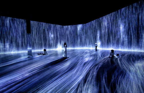 teamLab, Universe of Water Particles, Transcending Boundaries, 2017. Installation view of Every Wall is a Door, Superblue Miami, 2021. Sound: Hideaki Takahashi. © teamLab, Courtesy of Pace Gallery