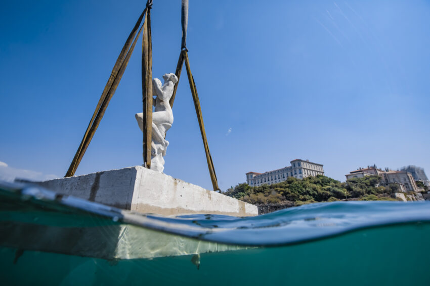 Sculpture being lowered into water. Guillaume Ruoppolo Photos.
